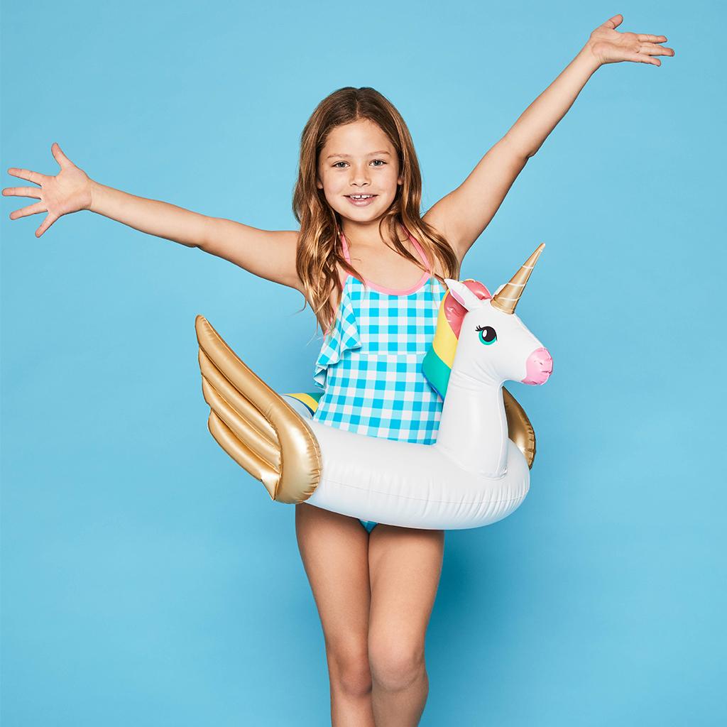 meisje met eenhoorn zwemband